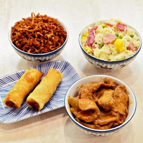 menu poulet avec nem riz cantonais nouilles pad thai et poulet thaï